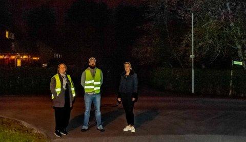 Mørklagte gater på Kaja-området i Ås. Bekymrede barneforeldre er Nina Haugdahl (t.v.), Lars Løvstad og Eva Caroline Larsen. Her står de tre i krysset Høgskoleveien/Skogveien. En mørklagt del av Høgskoleveien fortsetter over krysset og nedover mot Samfunnsveien.