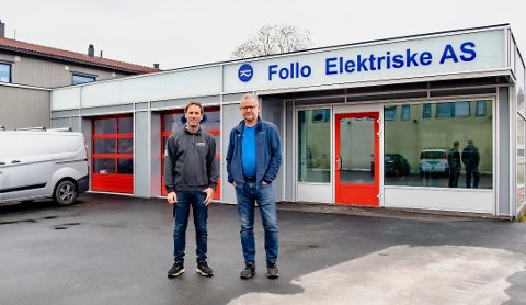 HAR FLYTTET INN I NYTT LOKALE: F.v Elektriker Olav Rytter Evensen og daglig leder Jørn Skuterud i Follo Elektriske har flyttet inn i Johan K. Skanckes vei 2 i Ås.