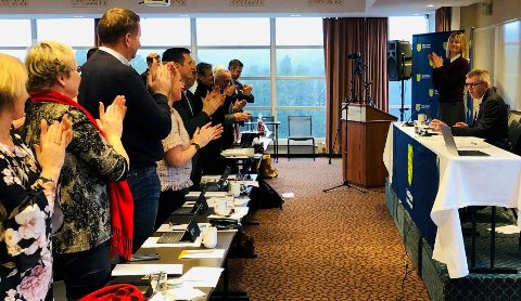 Stående applaus til fylkesordfører Damman i Vest-Agders siste fylkestingsmøte