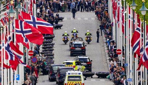 Kong Harald, dronning Sonja, kronprins Haakon og kronprinsesse Mette-Marit forlot Slottsplassen i A1 og A5 under 17. mai feiringen i fjor.