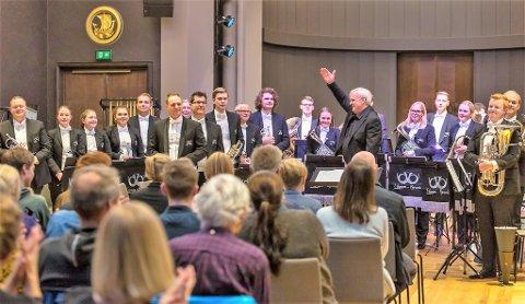 PRESTISJETUNGT MEISTERSKAP: Eikanger Bjørsvik Musikklag deltar i helga i det opne britiske meisterskapet for brassband, ei svært prestisjetung konkurranse. Korpset blir dirigert av Bjarte Engeseth i denne konkurransen.