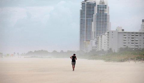 Enkelte personer våget seg fortsatt ut på Miami Beach torsdag, noen timer før orkanen var ventet å ramme kysten av Florida. Foto: Javier Galeano / Reuters / NTB scanpix