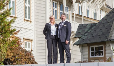 Markedssjef Alette Hjelmeland og hotelldirektør Erik Fleischer Tønjum ved Fleischer's hotell på Voss.