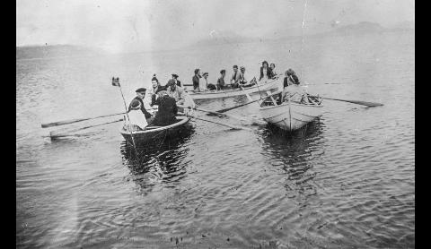 Dokumentasjon: Ryfylkemuseet ber om din hjelp til å dokumentere hvordan 17. mai ble markert i det uvanlige pandemiåret 2020. Bildet viser 17. mai ved Mjølsnes på Finnøy for mange år siden.