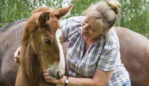 GLAD HAN LEVER: Anne Solberg måtte mate Vizman med flaske hver time før hun fant en fostermor og amme til føllet. Nå gleder hun seg over at han lever, spiser og vokser.