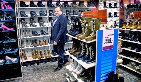 KORONAEFFEKT: Thore Olaussen (59) fra Lier driver 100 skobutikker, blant annet i Vikersund. Koronapandemien har kostet dem mye penger.