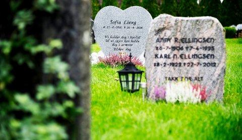 Cecilie Lieng fra Svelvik mistet datteren Sofie rett etter fødselen. Sammen med datteren Victoria på gravstedet.