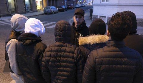 Hassan Etminan får skryt av ungdommene, etter at han fikk dem fra å møtes til et avtalt masseslagsmål.