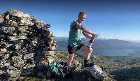 TIL TOPPS: 54 dagar nytta Stig Solheim (51) på å gå alle dei 64 turane Flora Turlag hadde sett opp i sin trimpoeng-konkurranse. Då er det lov å feire med champagne på toppen.