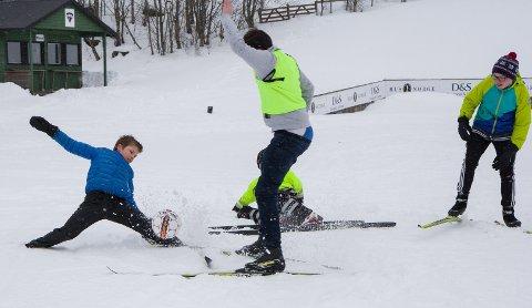 Håvard Klakegg går nesten i spagaten under skifotballkampen. F.v. Leander Sunde og Asbjørn Bolset, alle 8. klasse.