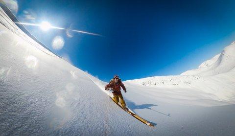 SELFIE: Det er ikkje så mange som greier å ta selfie av seg sjølv, mens dei susar i vil fart nedover ei stupbratt fjellside. Torje Bjellaas gjer det på heimelaga treski.