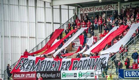 Stemning: Stemningsmessig var det årsbeste på tribunen mot Sandnes Ulf sist. Nå mobiliserer FFK-fansen igjen.