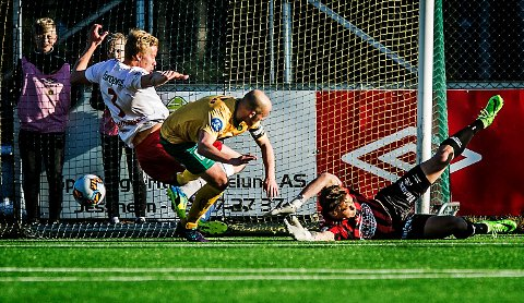 SEIERSMÅLET: Her setter Truls Jørstad inn seiersmålet på Jessheim Stadion. FFK-nedturen fortsetter. Foto: Geir A. Carlsson