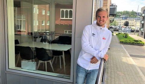 ELVEGLØTT: Fra verandaen sin ser Stian Stray Molde ned på Vesterelva, og veien til Fredrikstad Stadion er kort. - Fredrikstad er veldig fint, sier Asker-gutten.