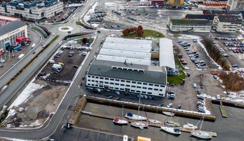 HAR FLYTTET HERFRA: Da det ble klart at Fredrikstad kommune skulle opprette et koronasenter i bygningsmassen til venstre bak K60-bygget på Værste, valgte Tolletaten – som har hatt tilhold i det smale bygget til høyre i bildet – å fremskynde den planlagte flyttingen til Moss.