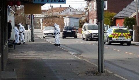 Flere polititjenestepersoner rykket ut til institusjonen på Greåker mandag ettermiddag, der en beboer som er i karantene og er under testing for korona hadde begått skadeverk.