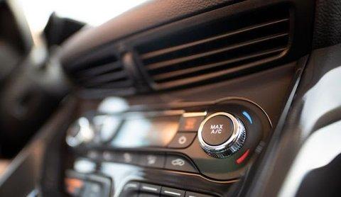 Klimaanlegget eller aircondition kan være roten til stram lukt i bilen. Det er ganske enkelt å gjøre noe med det selv, eller du kan få hjelp av profesjonelle til å løse problemet. (Foto: Colourbox)