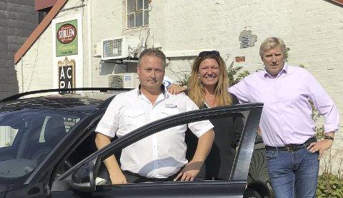 TIL KAMP: Taxisjåfør Richard Sletterød (f.v.), daglig leder i Falk Linn Fagerberg og daglig leder i Horten Taxi Erik Horn har 20 gratisplasser til Falk-supportere til onsdagens kamp i Drammenshallen