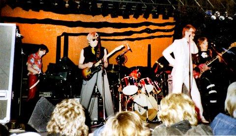 STOR OPPLEVELSE: I 1980 varmet Tåm Box opp for superpønkerne The Clash i Chateau Neuf.  Selvsagt er de også med på den nye samleplata. Bandet besto av Jostein Sætre (tangenter), Reidar Sætre (gitar), Tom Aage Gustavsen (gitar), Roald Villesvik (bass), Kaare Holm (trommer) og Tore Kristiansen (vokalist).