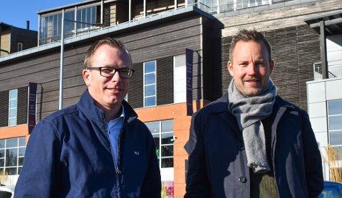 FORNØYD: – Horten Høyre har jobbet godt inn mot Høyres fylkespolitikere for å sikre prosjektet. Dette er en gledens dag for hele Horten, og for Nykirke, sier Stian Hauenschild (t. v.). Med seg her har han Niklas Cederby.