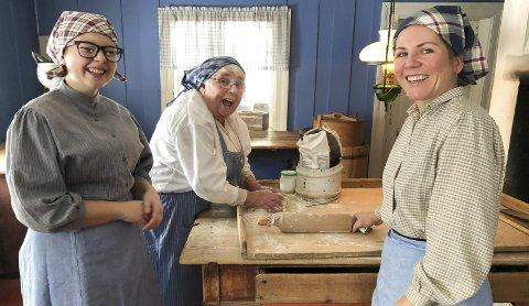 De er glade i tradisjoner og i matkultur. Fra venstre Celina Nyborg, Astrid Rustad og Karianne Nyborg Skjeppestad.