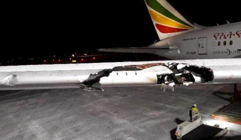 STORE SKADER: Her ser man tydelige merker etter lysmasten som flyet krasjet inn i. Vingespennet på flyet var 60,12 meter. Det var plass til et fly med et vingespenn på 36 meter.