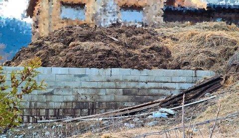 Lekkasje fra et utvendig gjødsellager er noe av det bonden har fått pålegg om å rette opp i. Bildet viser situasjonen i april i år.