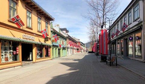 Det er ikke slik vi er vant med å se gågata på 17. mai. Men kommunelegen er ikke overrasket over stille gater i koronatiden.