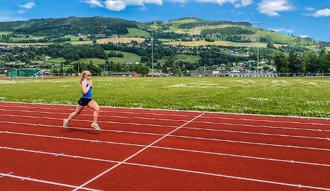 LINFLÅA: Veronica Undset elsker å løpe på friidrettsbanen på Linflåa, Gausdal. - Det bør flere gjøre, mener hun.