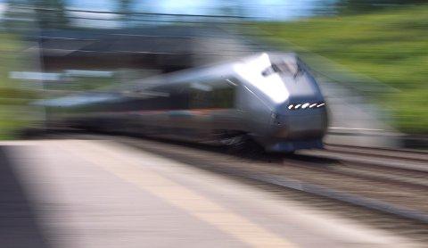 FORT OG FARLIG: Bane Nor minner om at toget kommer fort - og det kan ikke svinge unna. Antallet tilfeller med barn som leker langs sporet har økt kraftig så langt i år.