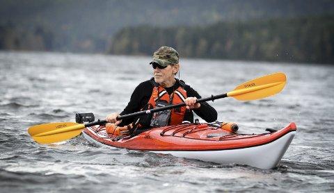 Mil etter mil: I kajakken på Harestuvatnet trives John Harshol som fisken i vannet. – Å padle gir en veldig sterk følelse av glede, frihet og mestring, synes den spreke 70-åringen.