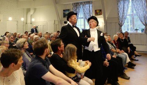 DUETT: Ole P. Gamme og Hans Gudmund Lunder i beruset duett.