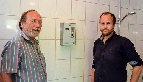 SETTES INN IGJEN: - Nå settes myntautomatene inn igjen som et strakstiltak for å begrense tiden gjestene står i dusjen, sier Rune (t.v.) og Anders Selj på Lyngstrand Camping.