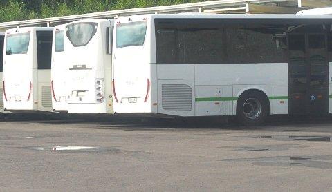 STOPPET PÅ GLATTA: Sjåføren av bussen kunne ikke kjøre videre på det glatte føret, og satte en skoleelev i en ukjent personbil for å få vedkommende hjem.