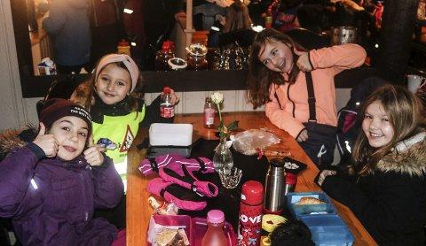 1. Amalie (til venstre), Agnesa, Ida og Iris brukte tiden i kioskkøen til å bli bedre kjent. 2. Mange barn på aktivitetsdag på Ormtjernhytta. 3. Naomi (fra venstre), Malin, Mia, Live, Alexander, Linus og Mina fra Idd skole. 4. Oliver (fra venstre), Aleksander, Ninos, Savanna og Blerta fra Folkvang skole.
