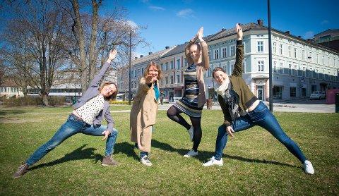 FYLLER PARKEN? Dagrun Stengel Lunde (f.v.) fra Frisklivssentralen og Berit Jevnaker, Birgitte Sendstad og Anne Rui fra Kreftforeningen ønsker å fylle Strandgateparken med folk som driver med yoga.