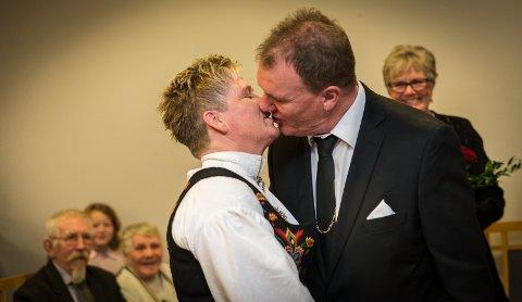 KYSSET: Første kyss som gift.