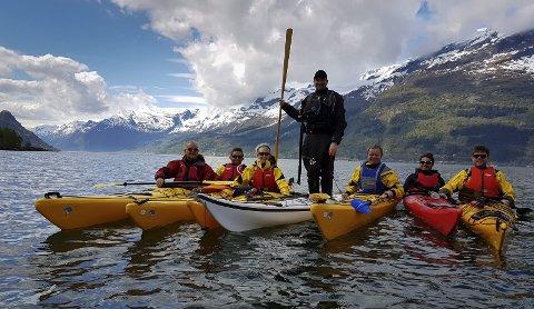 Padling i vakkert vær i norske fjorder kan bli en favorittsyssel i sommer. Her frå eit kurs i regi av Therese Bakke i 2017.  Foto: Trond Olsen