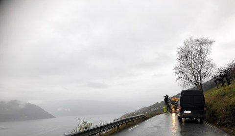 Det er rekkverksarbeid på gang mellom Lofthus og Kinsarvik denne veka. Biletet er frå Tveit.