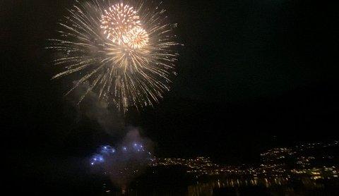 Storslått: Fyrverkeriet til Joar Førde og ProPyro var et flott skue over havnebassenget. Foto: Eivind Dahle Sjåstad