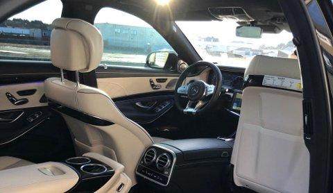 Det er ikke alle som unner seg dette som arbeidsplass. Bilen er proppet med utstyr, og har en listepris på nærmere 2 millioner.