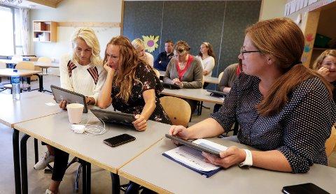 IPAD PÅ PLANLEGGINGSDAGEN: Lærerne Helene Breitve (t.v), Lisbeth Lie og Liv Judith Titland lærer om app-er de skal teste ut sammen med elevene når skoleåret begynner.