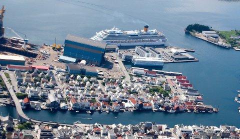 NYTT CRUISESKIP I BYBILDET: Med sine 184.000 bruttotonn skal MS «Iona» være det største skipet som er bygget for den britiske cruiseindustrien. Skipet kommer i slutten av oktober, og vil ligge til kai i minst en måned. Dette bildet er tatt tidligere i år.