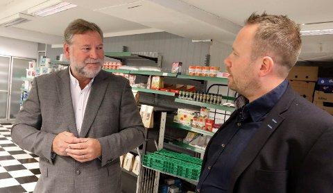 BLIR ENEEIER: Ove-Henning Bjørsvik (t.v.) har kjøpt opp boet i Helgesen & Vikse Landhandleri. Robert Vikse (t.h.) blir ikke med videre.