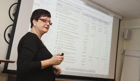 VEDTATT: Administrasjonssjef i Leirfjord, Britt Jonassen har lagt fram et budsjettforslag som alle er enige i. Foto: Jarl G. Sandholm