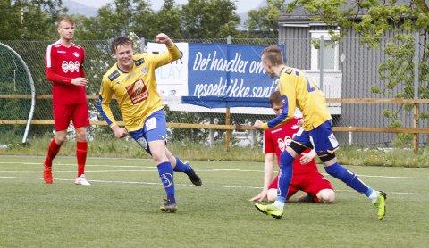 MATCHVINNER?: Ole-Jakob Aaker Pedersen har akkurat satt inn 3-2 til SIL og det gjenstår ett minutt av ordinær tid. Dessverre ble han ikke matchvinner fordi Grand scoret seks minutter på overtid. Foto: Per Vikan