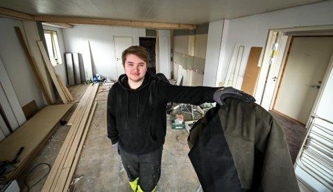 Odin Adolfsen (19) har kjøpt seg egen leilighet på Selfors  som han totalrenoverer.