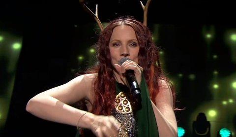 MGP-OPPTREDEN: Elin Kåven i grønn kjole, og reinhorn på hodet, under lørdagens MGP-opptreden.