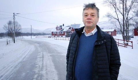 SER LYSET: Ved Alfheim gård i Austertana der Fred Johnsen styrer, er det kommet mange gatelys. To av dem er til og med inne på eiendommen til Johnsen.Foto: Alf Helge Jensen