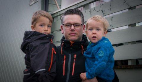 HJEMME: Fritz Isaksen med sønnene Aron og Noah, utenfor huset hvor de gjentatte ganger har blitt plaget av en ungdomsgjeng.